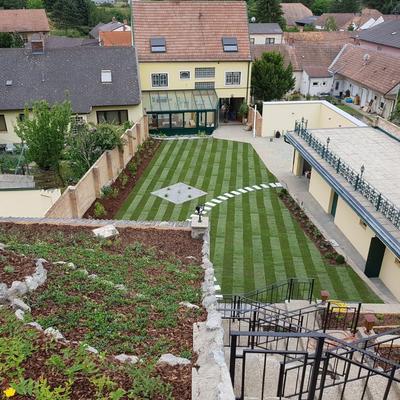 verschiedene Steinarbeiten in fertig angelegtem Garten