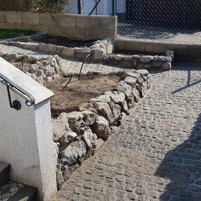 umgewandelter Vorgarten durch verschiedene Steintechniken